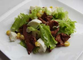 Салат з лисичками та моцарелою