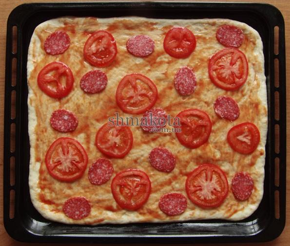 Томатный соус, помидоры и салями