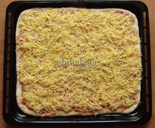 Томатный соус, помидоры и салями и тертый сыр