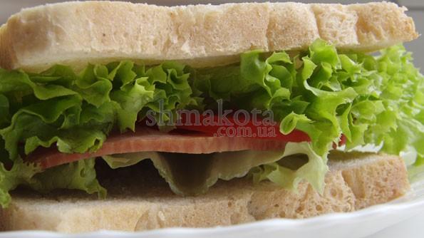 Сендвіч з шинкою та помідорами