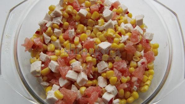 Салат з куркою, кукурудзою та грейпфрутом