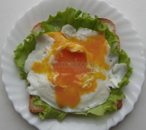Жаренное яйцо с разбитым желтком