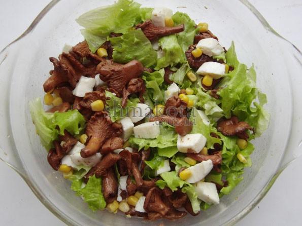 Салат с лисичками и моцареллой