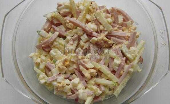 Салат з ветчиной, огурцами и яйцом