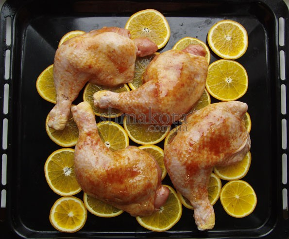 Куриные ножки на кружочках апельсинов