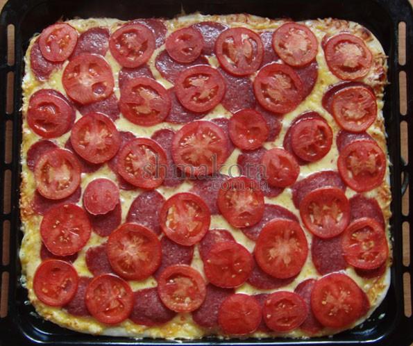 Піца з салямі та помідорами