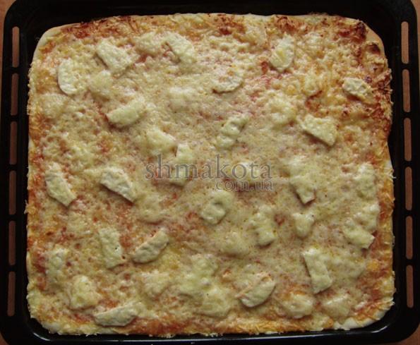 Піца з куркою та ананасом