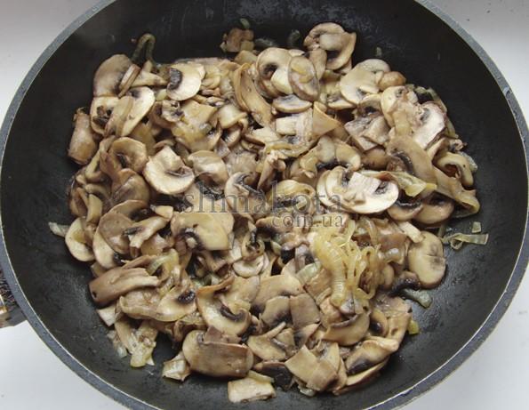 Обжаренные грибы и лук