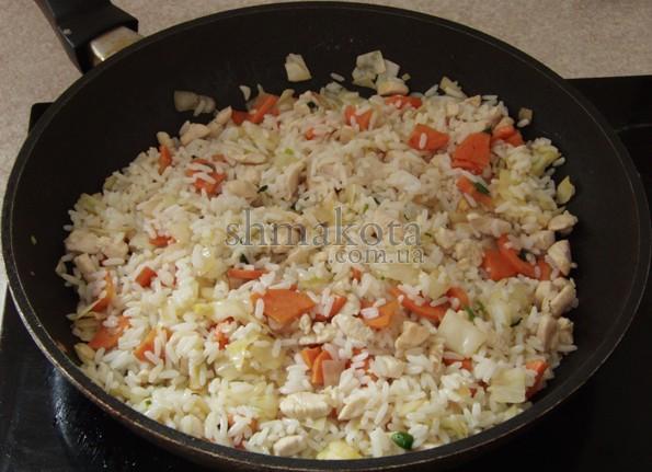 Рис и обжаренные овощи с кусочками курицы