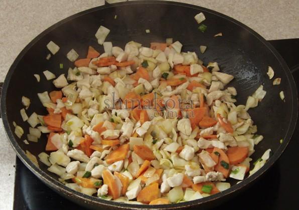 Обжаренные овощи и кусочки курицы