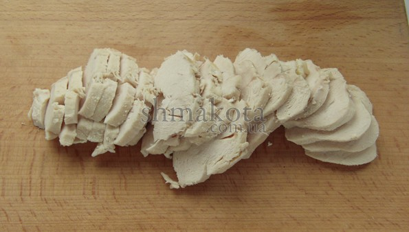 Нарезанная пластинками отваренная куриная грудка