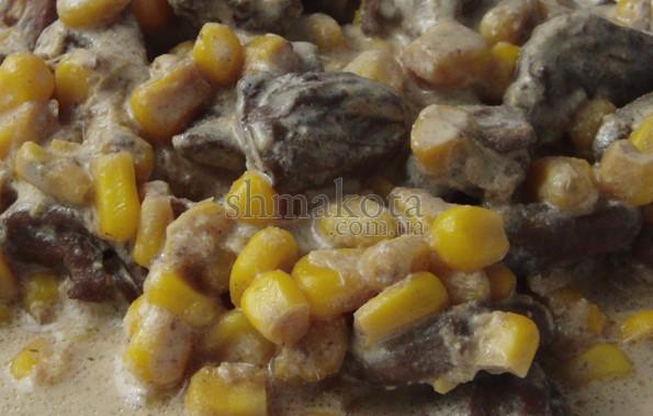 Курячі сердечка та кукурудза, тушені в вершках