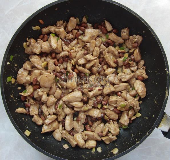 Курица Кунг Пао на сковороде