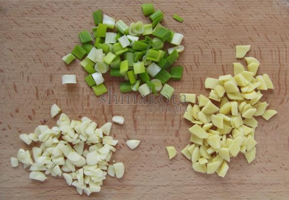 Мелко нарезанные зеленый лук, чеснок и имбирь