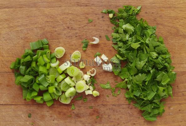 Нарезанные петрушка и зеленый лук