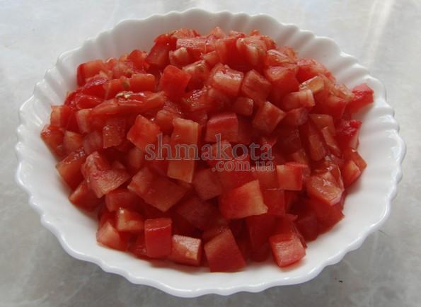 Очищенные и нарезанные помидоры