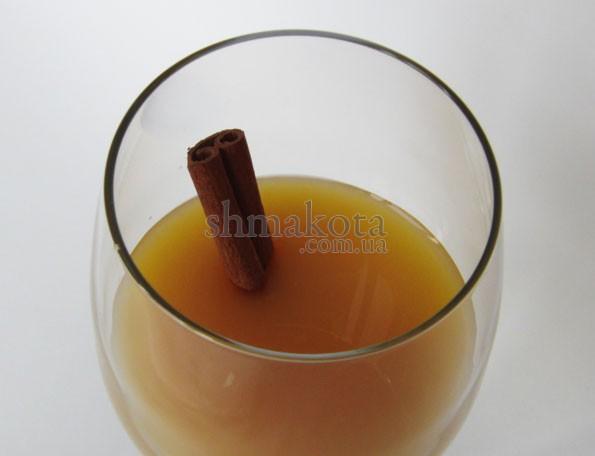Паличка кориці в коктейлі